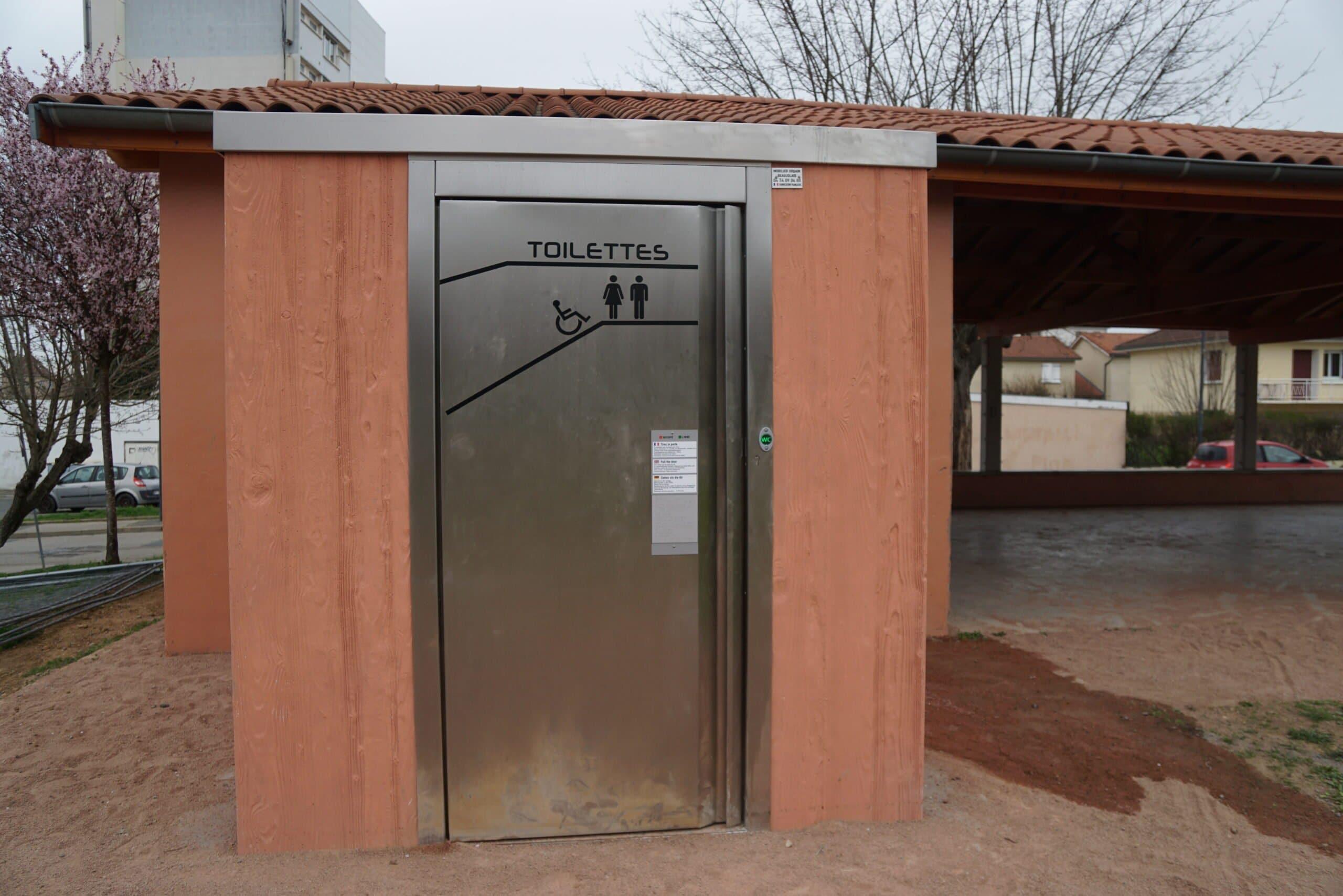 Toilettes esplanade mairie
